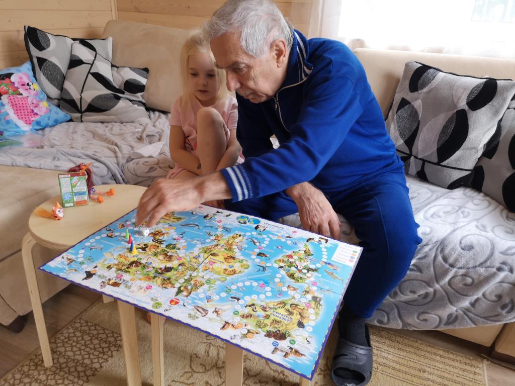 С прадедушкой можно установить свои правила игры. Вместе весело!
