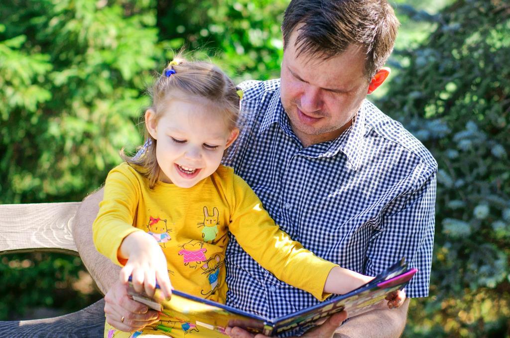 С папой книжку я читаю – он читает, я листаю!  . Вместе весело!