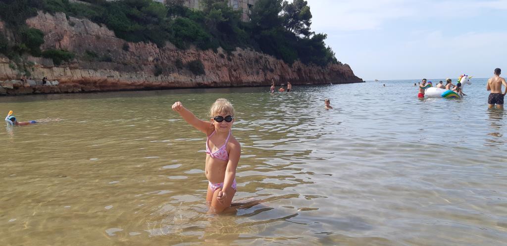 Маленькая ныряльщица за ракушками в Балеарском мор. Яркое лето