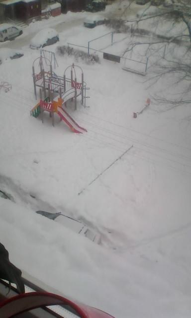 Детская площадка зимой. Вид с окна.. Блиц: вид сверху