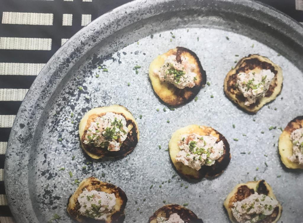 тартар из лосося с картофельными блинами