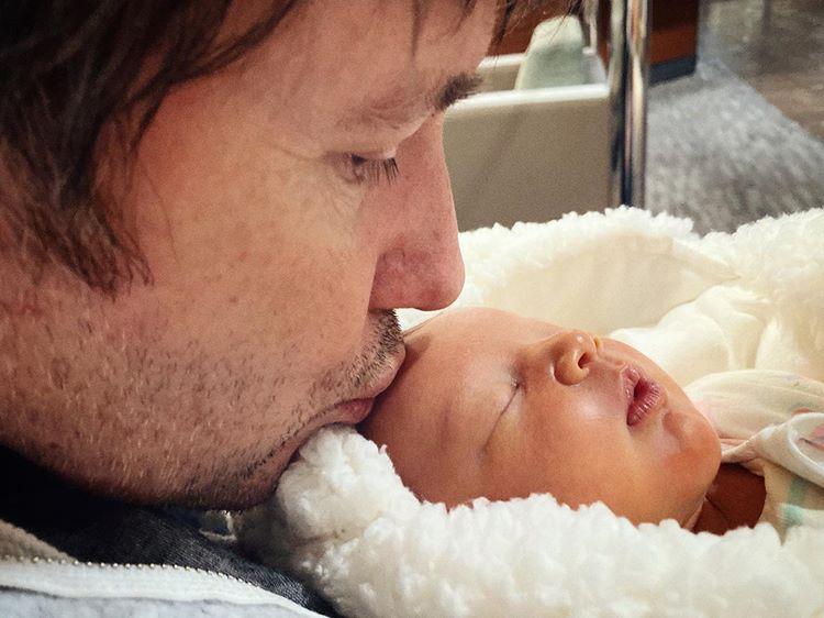 Милла Йовович муж третий ребенок