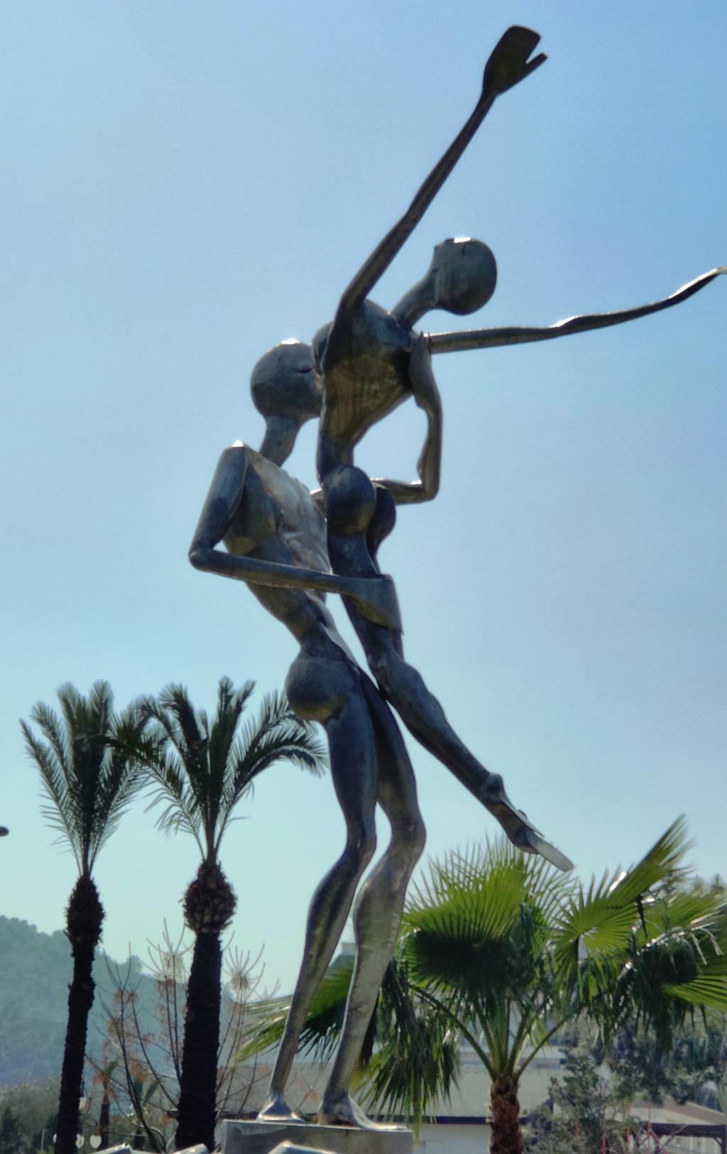 Фонтан 'Дождь любви' в Кемере . Блиц: современное искусство