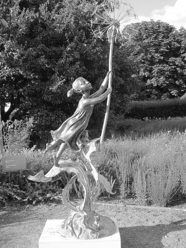 Девочка с одуванчиком. Блиц: современное искусство