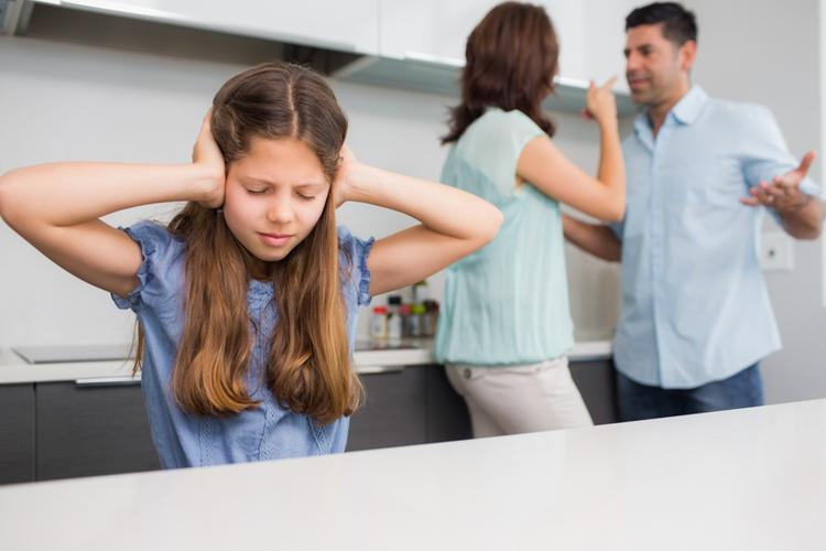 Как специалист семейного центра помог решить конфликт взглядов родителей на воспитание подростка