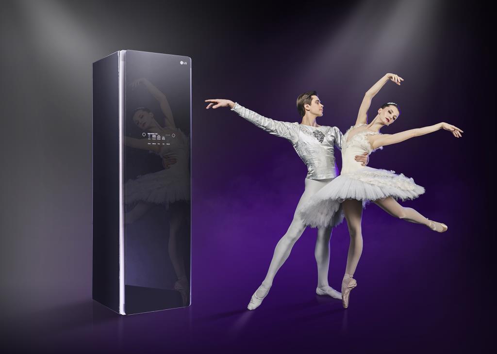 Звезды мирового балета Анна Тихомирова и Артем Овчаренко в отражении LG Styler
