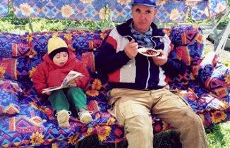 Кушай, деда, а я тебе сказку почитаю...