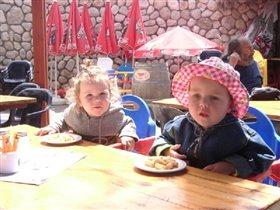 Шани и подруга Керен в кафе