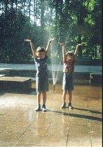 С понтом под зонтом, а сами под фонтаном
