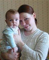 Улыбчивая мама и серьезная дочка... :))