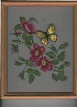 шиповник с объемной бабочкой