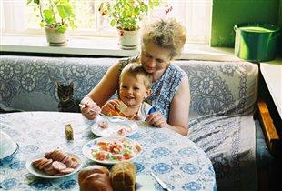 Бабуля кормит внука