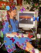 Красавица-проказница за компьютером