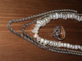 кольцо,  цепочка и жемчужное ожерелье