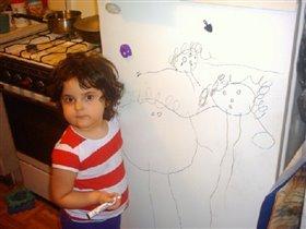 Лена рисует на холодильнике
