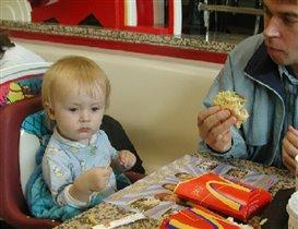 С папой и мамой в МакДоналдсе