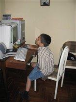 Алёша за компьютэром.