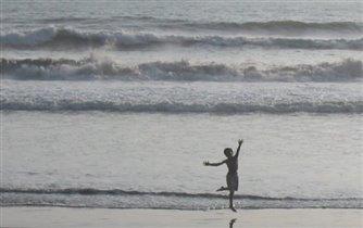 На фоне волн. На пляжу...