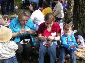 Везука и Jasmin с детьми и тарелками