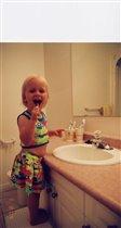 Машка чистит зубки