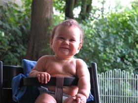 Катя на новом стульчике