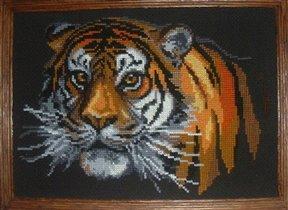 001. Тигр на черном фоне