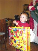 Мама! смотри, какой большой подарок!