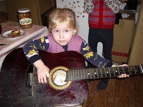 Юная гитаристка