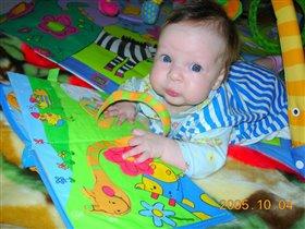 мам, глянь, я нашла книжного червя. че с ним делать то?