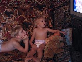 Ребята и зверята у любимого телевизора