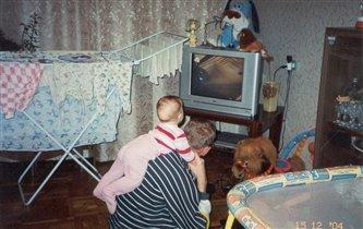 Я с папой смотрю телевизор