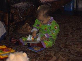 Дочка очень любит труд - тычет в книжку пальчик