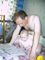 Папочка и сыночка читают о том, как им починить нашу машину!