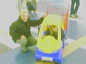 Павлик на машинке в гипермаркете