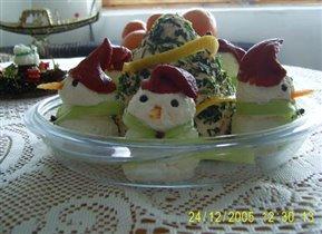 Елка и снеговики из сыра