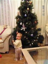 Алиса под елкой!