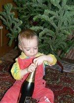 Под ёлкой, накануне Нового года.