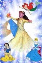 Принцесса Даша кружится в бальном платье