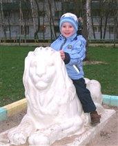 Игорек на  льве