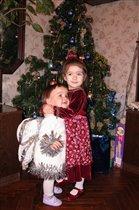 Юные модели у новогодней ели