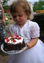 С именинным тортом