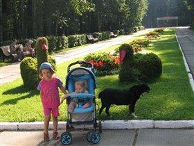 На прогулке с сестренкой