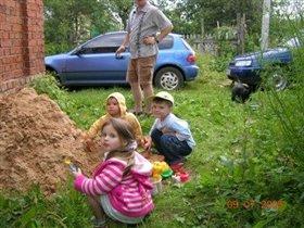 В песочнице на даче с друзьями