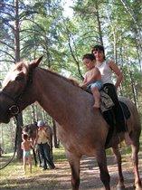 мама первый раз на лошади! темик ведет!