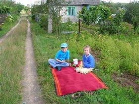 С племяшкой на даче у родителей