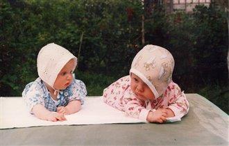 Две девицы на столе...