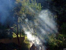 лучи солнца сквозь дым