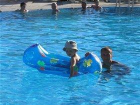 В бассейне с папой на лодке