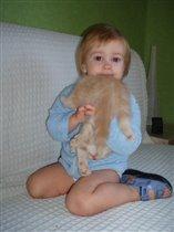 Ну,любит Маруся котенка.Ну,очень сильно.