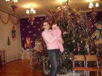 Моя первая елка такая большая и красивая.